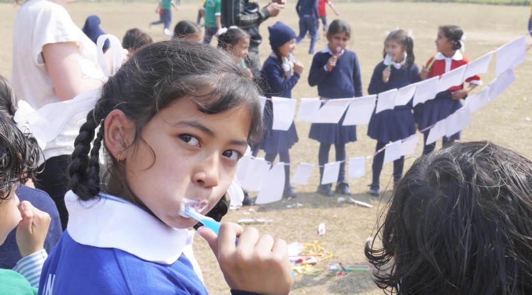 高校生ボランティアがネパールの子供たちへの歯磨き指導に取り組む